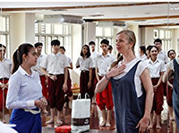 นักเต้นบัลเล่ต์จากประเทศลัตเวีย มาชมการเรียนการสอน นาฏศิลป์ไทย