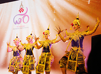 Thai dance student Performances at the opening ceremony of the 80th anniversary of Suan Sunandha