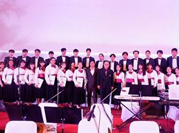 นักศึกษาดนตรี SSRU Chorus ร่วมร้องเพลงกับวงดุริยางค์ตำรวจ ในงานวันตำรวจ ประจำปี 2562