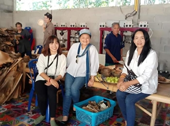Miss Jaruwan Muangkhwa, Lecturer in Painting, went to the community area to develop products.