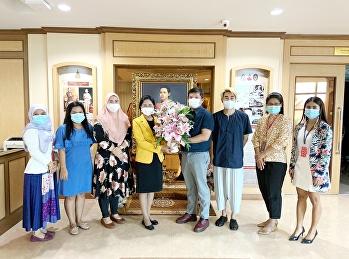 คณบดี รองคณบดี อาจารย์ และเจ้าหน้าที่ มอบแจกันดอกไม้ในวันคล้ายวันเกิดรองอธิการบดีฝ่ายวิชาการ